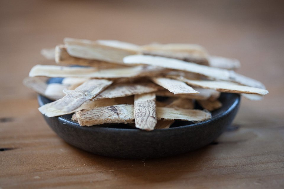 astragalus root in bowl