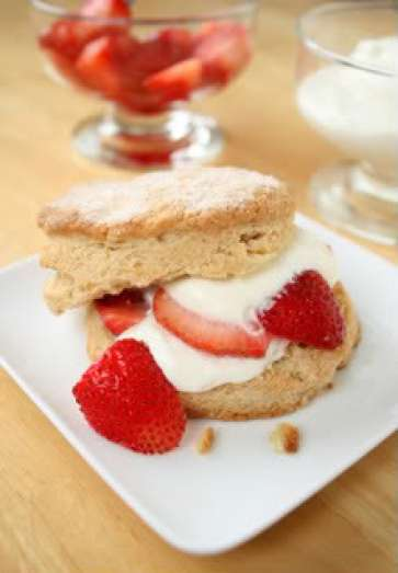 Shortbread biscuits with Cream & Strawberries
