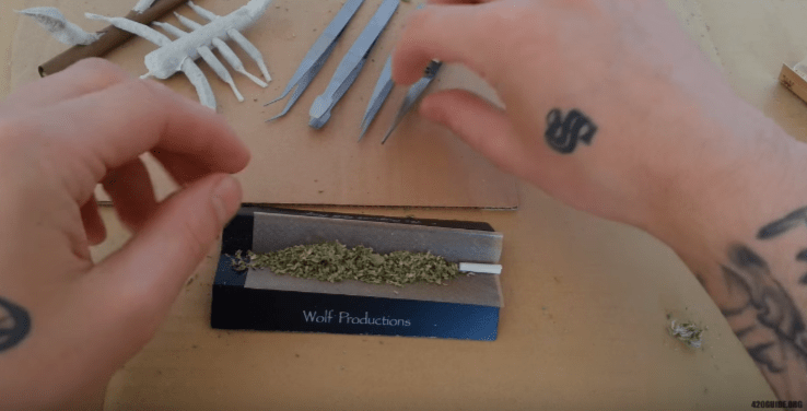 rolling_a_joint_04