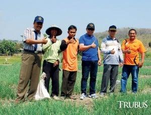 Camat Gondang, Ir Heri Widodo MSi (kedua dari kanan), kini fokus mengembangkan bawang merah sebagai komoditas unggulan.