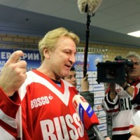 Glenn Anderson of Canada talks to media after Summit Series rematch. (James Gazzale/The Hockey Writers)