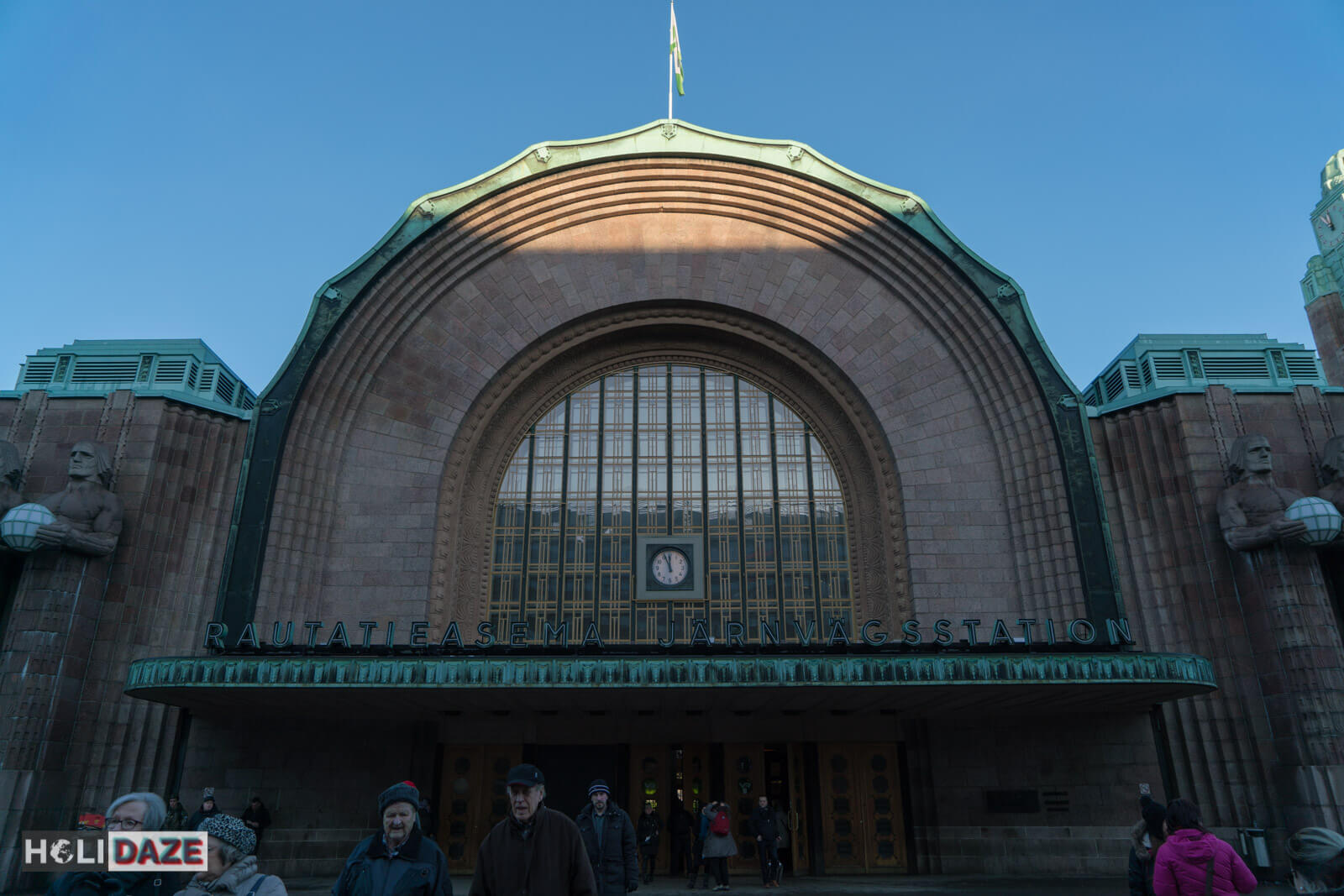 Helsinki Central Railway Station (Helsingin Päärautatieasema) is located right in the center of downtown near the Helsinki Art Museum