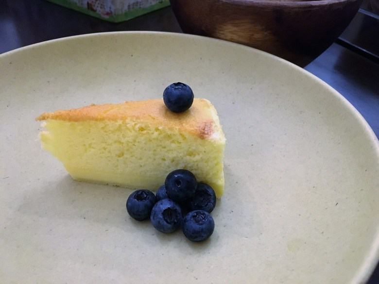 Baked Japanese cheesecake with blueberries