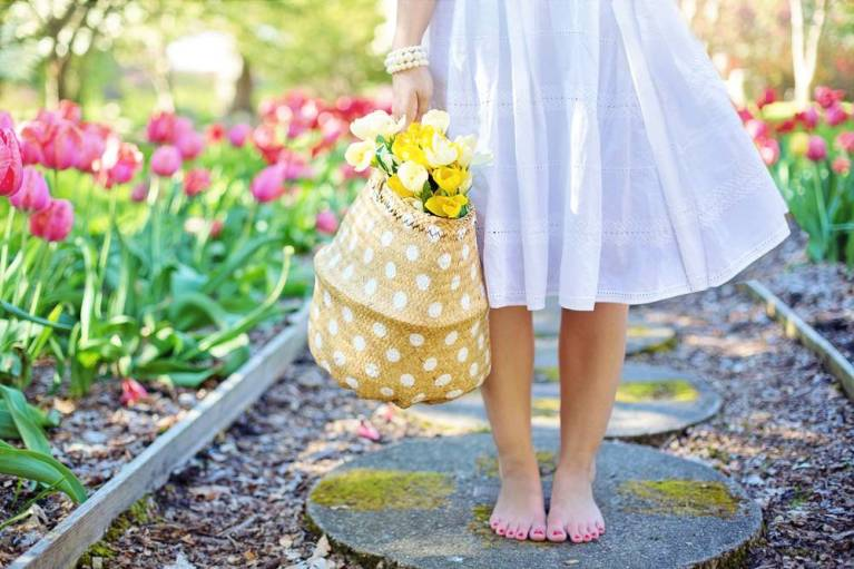 benefits of going barefoot, yellow tote, white dress, bare feet