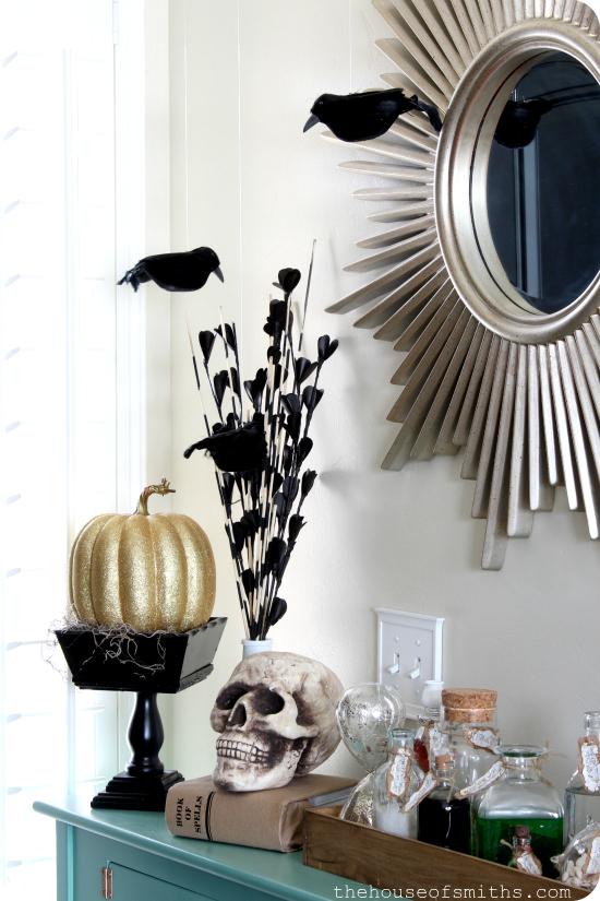 Halloween table decor - thehouseofsmiths.com