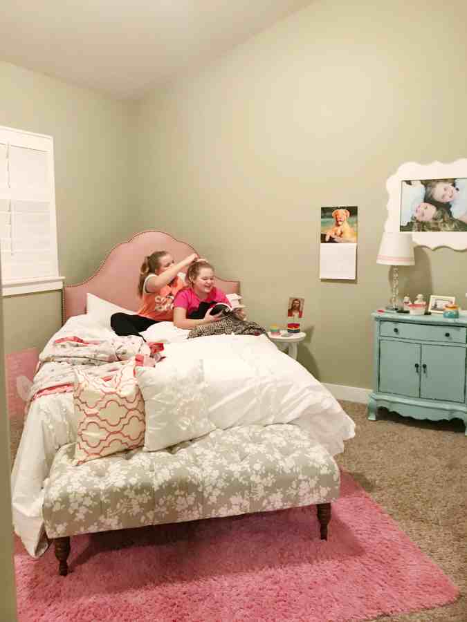 Teen bedroom makeover - sunburst painted wall - thehouseofsmiths