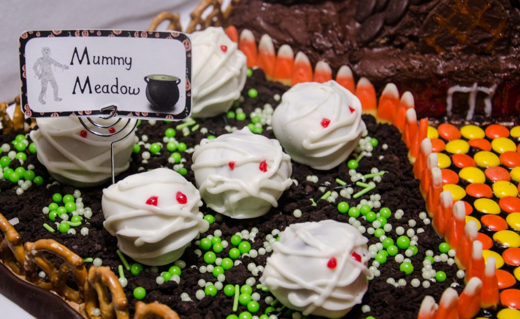 Delicious Halloween Mummies: strawberry cake and white chocolate cream cheese frosting. Easy to decorate, step-by-step pictures.