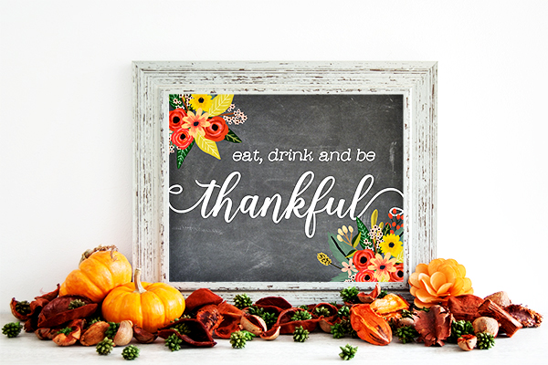 Eat, Drink, and be Thankful Wall Art. Part of Free Thanksgiving Printables Round-Up. Over 50 free Thanksgiving printables including decor, planners, labels, food decoration, and more! #thanksgiving #free #printable #freeprintable #thanksgivingprintable