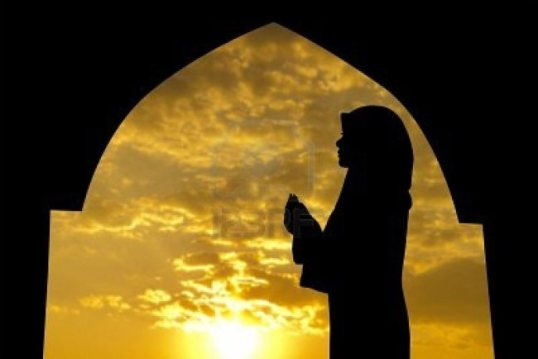 13547973-silhouette-of-female-muslim-praying-in-mosque-during-sunset-time