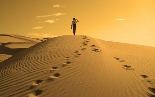 sand-desert-alone-people-sand-dunes-footprint-1920x1200-wallpaper_www.wallmay.net_14