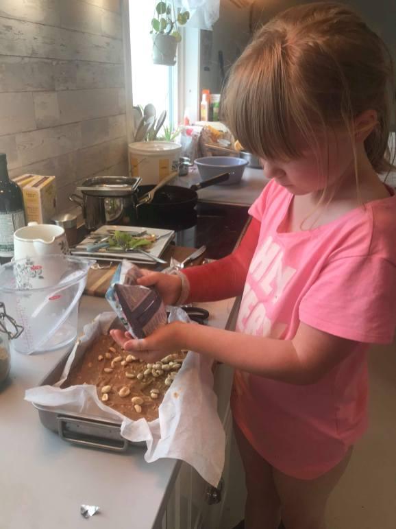 Barn lager hjemmelaget ordentlig mat