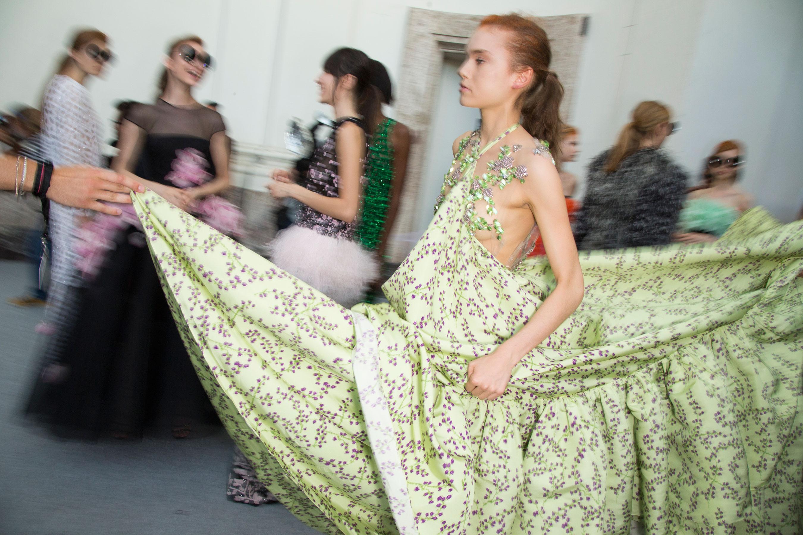 GIAMBATTISTA-VALLI-backstage-fall-2015-couture-the-impression-085