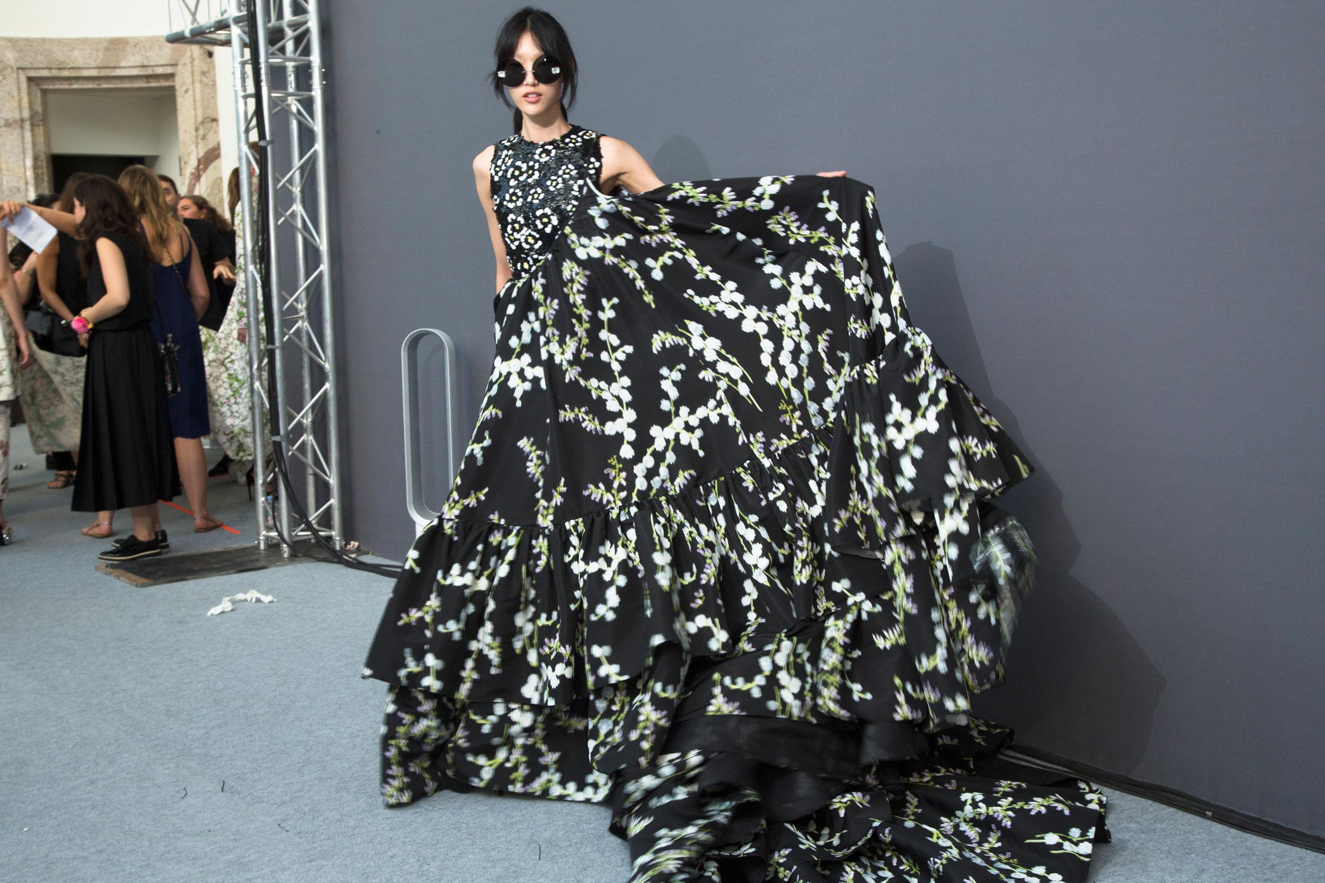 GIAMBATTISTA-VALLI-backstage-fall-2015-couture-the-impression-088