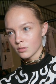JW-Anderson-beauty-spring-2016-fashion-show-the-impression-008