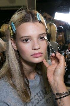 versace-backstage-beauty-spring-2016-fashion-show-the-impression-016