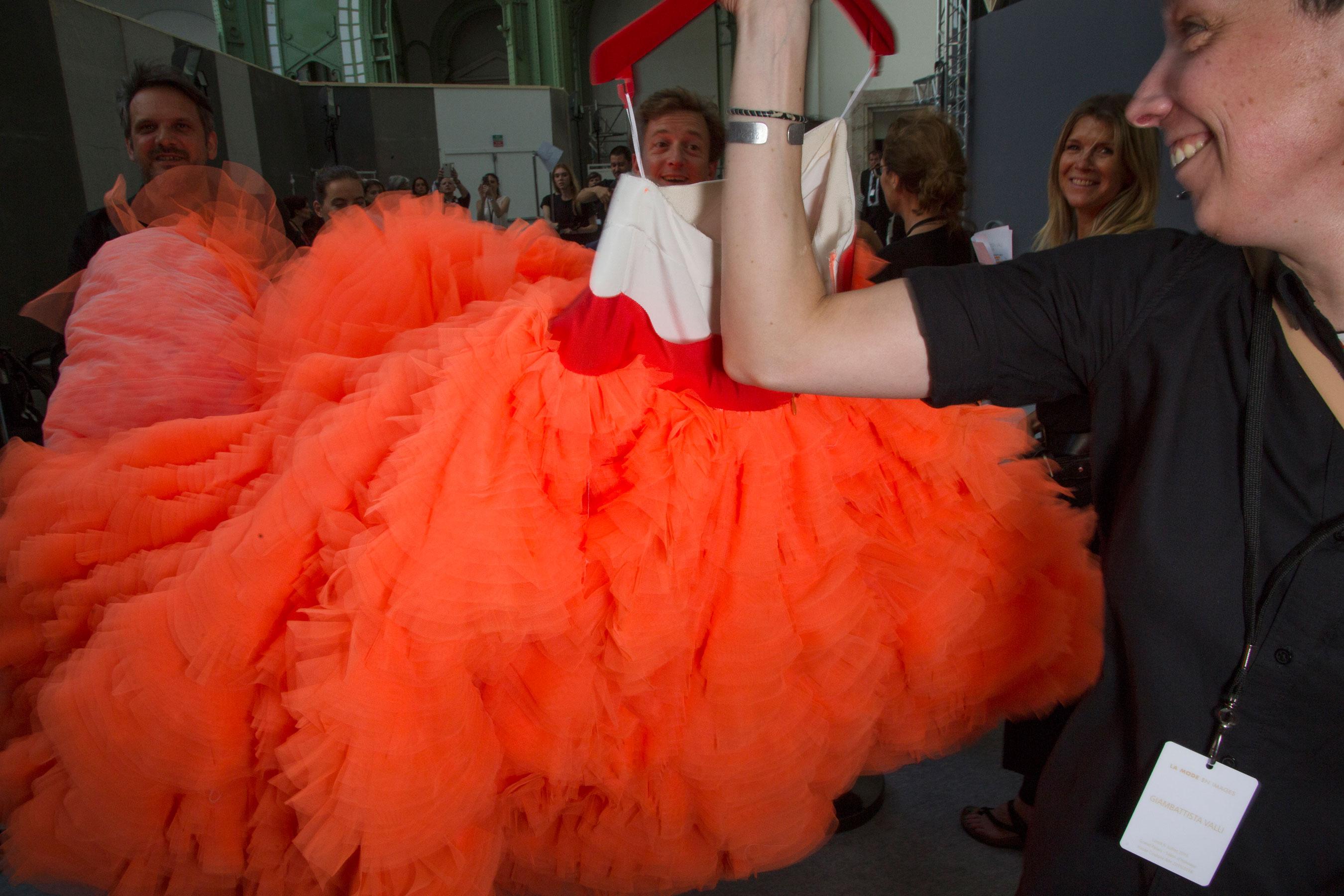 GIAMBATTISTA-VALLI-backstage-fall-2015-couture-the-impression-030
