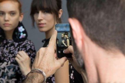 GIAMBATTISTA-VALLI-backstage-fall-2015-couture-the-impression-053
