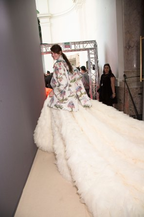 GIAMBATTISTA-VALLI-backstage-fall-2015-couture-the-impression-099