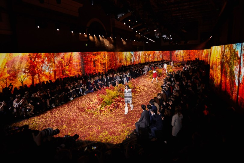 Moncler-Gamme-Rouge-fall-2017-fashion-show-atmosphere-the-impression-06