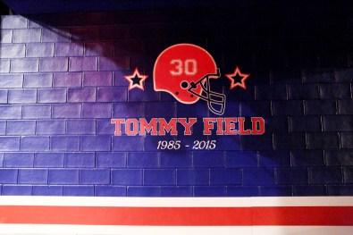 tommy-hilfiger-footbal-field-fall-2015-fashion-show-the-impression-001