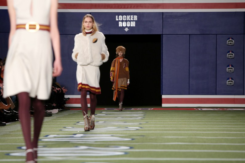 tommy-hilfiger-footbal-field-fall-2015-fashion-show-the-impression-021