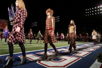 tommy-hilfiger-footbal-field-fall-2015-fashion-show-the-impression-024