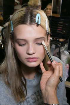 versace-backstage-beauty-spring-2016-fashion-show-the-impression-015