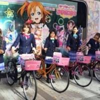 Cosplayer Love Live! bersepeda di sekitar Akihabara dengan itachari resmi