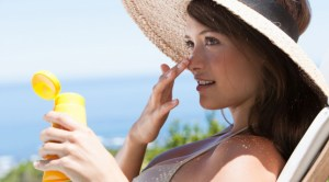 woman-applying-sunscreen-645×356