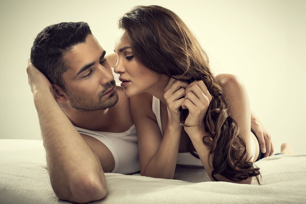 And Man Pictures In Of Kissing Woman Bed