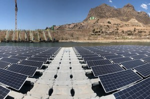 Anglo American has installed 256 floating photovoltaic panels on the Las Tórtolas tailings pond at its Los Bronces copper mine to help cut evaporation. Image: Anglo American