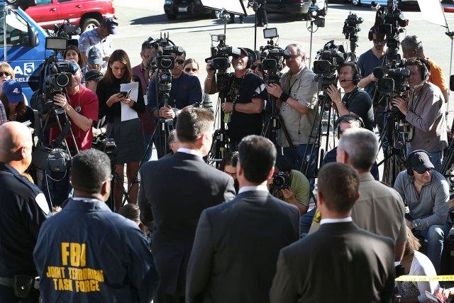 SAN BERNARDINO, Kalifornia - 07 grudnia: David Bowdich, zastępca dyrektora FBI odpowiedzialny za biuro terenowe w Los Angeles, (C) stoi z innymi funkcjonariuszami organów ścigania, gdy rozmawia z mediami o ataku terrorystycznym w Inland Regional Center w dniu 7 grudnia , 2015 w San Bernardino w Kalifornii.  Funkcjonariusze organów ścigania kontynuują śledztwo w sprawie masowej strzelaniny w Inland Regional Center w San Bernardino, w której 2 grudnia zginęło 14 osób, a 17 zostało rannych.  (Zdjęcie: Joe Raedle / Getty Images)