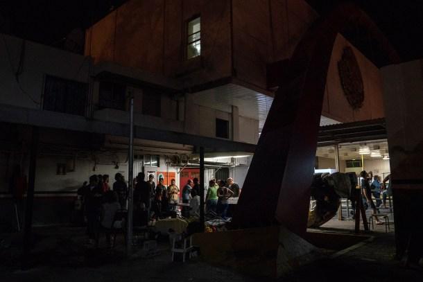 Asylum seekers gather to eat the food brought to them by volunteers near the Gateway International Bridge in Matamoros, Tamaulipas on Nov. 5, 2018. Photo: Verónica G. Cárdenas for The Intercept