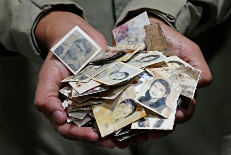 A Fundação de Antropologia Forense da Guatemala examina sacolas de fotografias soltas dos arquivos da polícia nacional em 27 de julho de 2006, estudando as atrocidades cometidas pela polícia e os assassinatos cometidos durante os 30 anos de guerra civil na Guatemala.