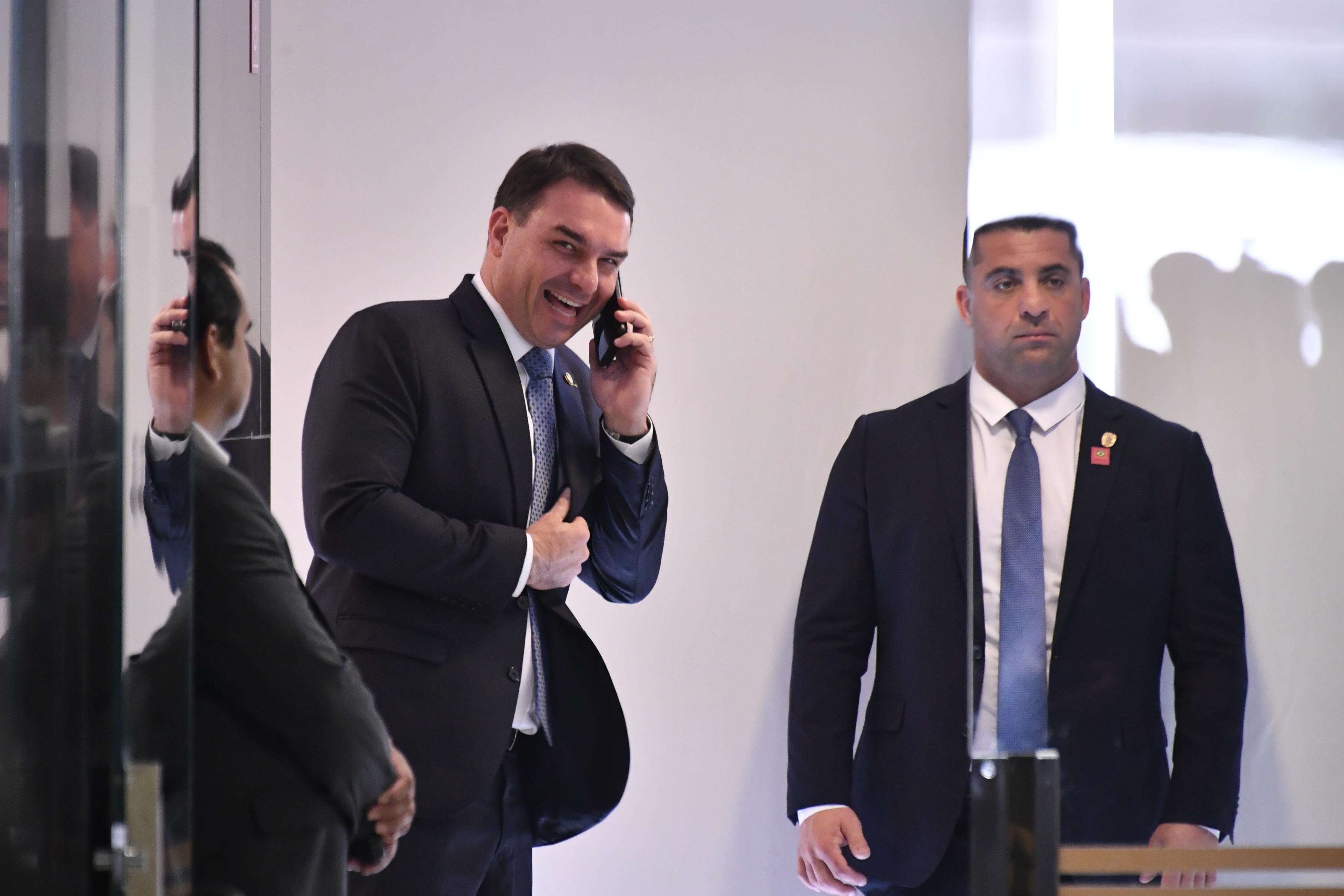 Na última terça-feira, 16, o senador Flavio Bolsonaro acompanhou a cerimônia de apresentação de Gustavo Montezano como novo presidente do BNDES.