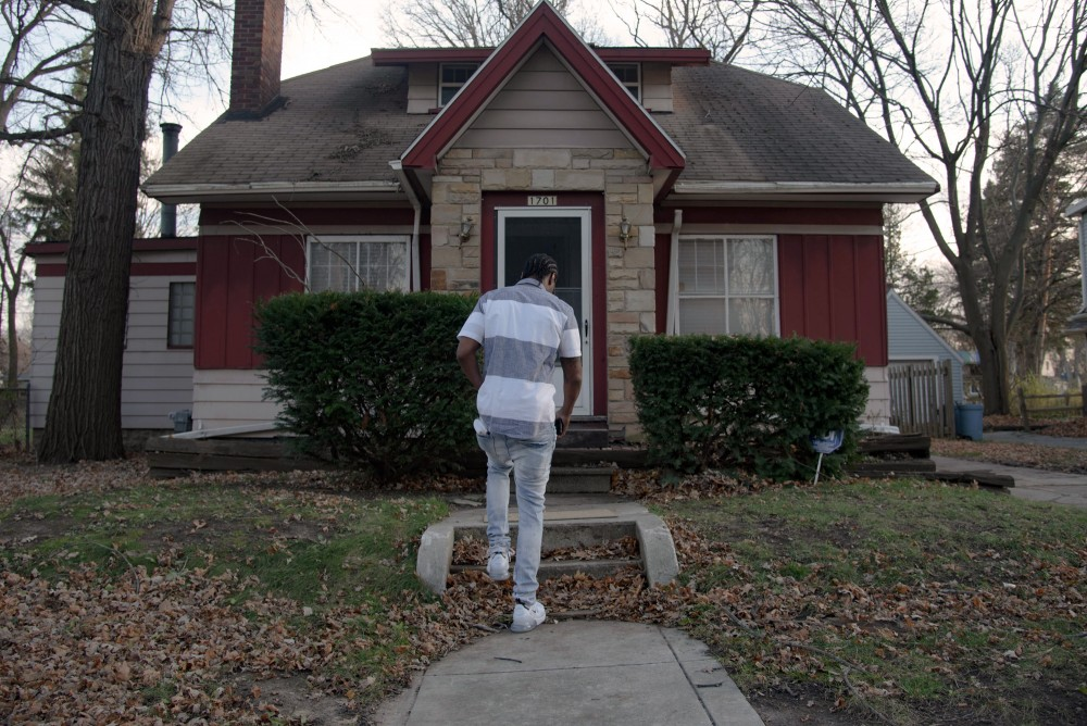 Shemoi Edwards outside of his home in Flint, MI, Friday, Nov. 20, 2020. (Cydni Elledge for The Intercept)
