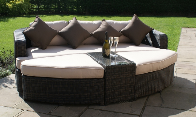 The Latest Garden Furniture From Fishpools - SAINT THOMAS - Daybed Grey Rattan Garden Set
