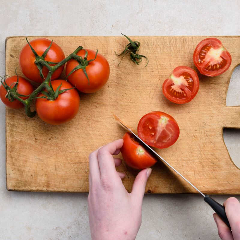 Remove the stalk and cut in half the tomatoes