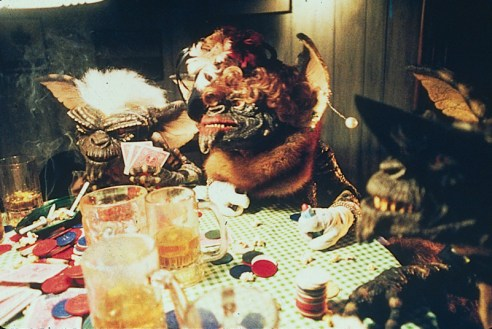 gremlins-foto-gremlins-smoking-drinking-and-playing-cards