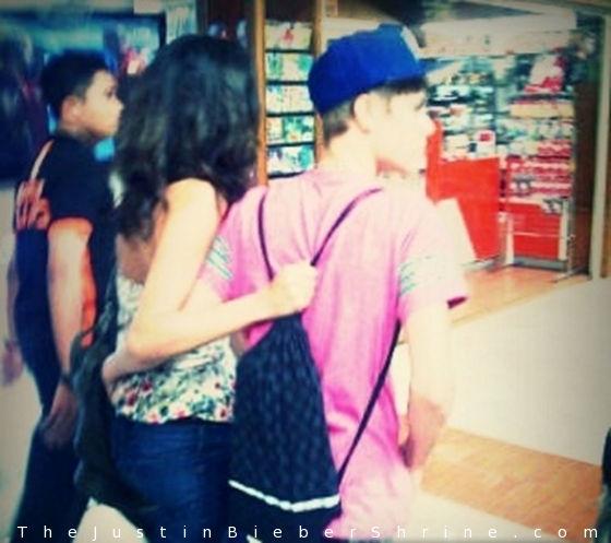 justinbieber indonesia selenagomez jakarta 2011 Justin Bieber & Selena Gomez arrives in Jakarta, Indonesia April 22, 2011 2011