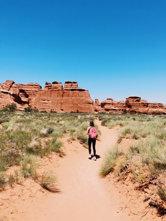 Arches National Park Travel Guide: The Best to see and do, travel tips, best hikes, best hikes to see. Delicate National Arch, Landscape Arch, Devils Trailhead. National Park Travel Guide, what to do in Utah.