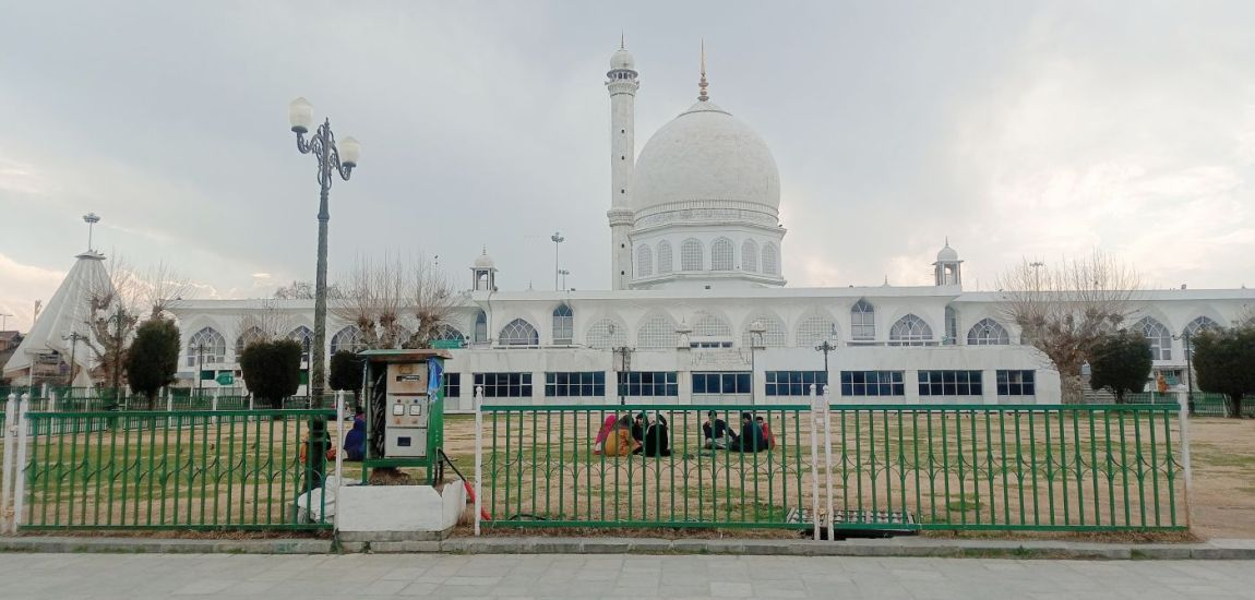 DC Srinagar reviews arrangements for holy month of Ramzan at Dargah Hazratbal