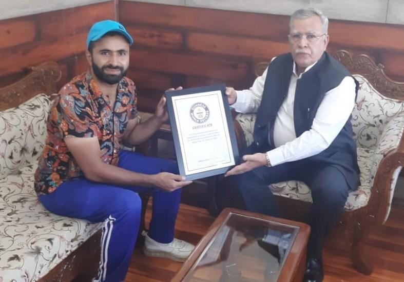 Cyclist Abid Teeli calls on Advisor Farooq Khan in Srinagar