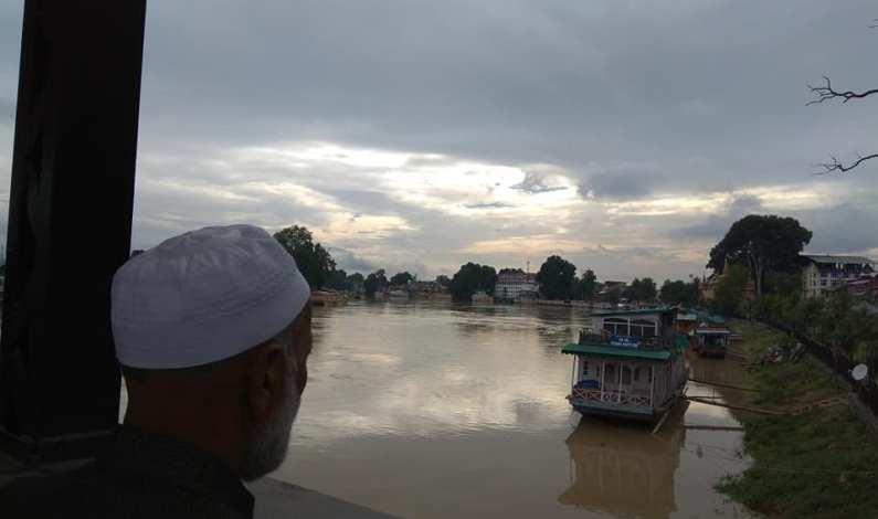 Flood threat keeps the nerves of people bordering on panic