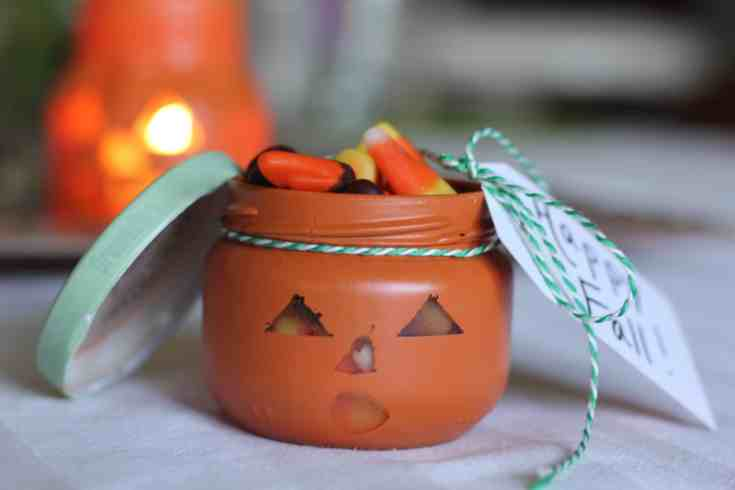 Reuse those old jars you have laying around into cute diy halloween decorations with these easy Jack-O-Lantern jars!