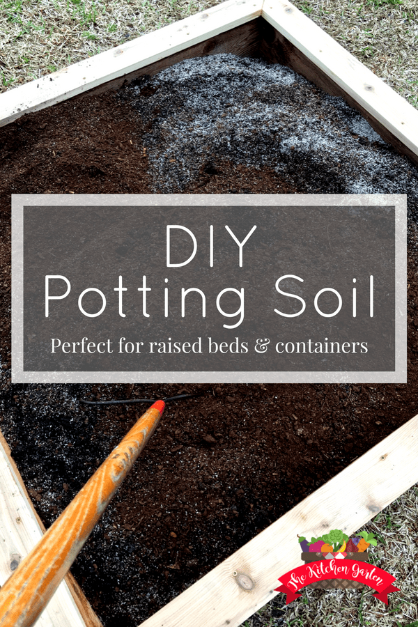 Forget the bags of soil at the hardware store. Know exactly what's in your potting soil recipe by quickly and easily mixing it yourself. And it's only 3 ingredients! #garden #gardening #DIY #soil