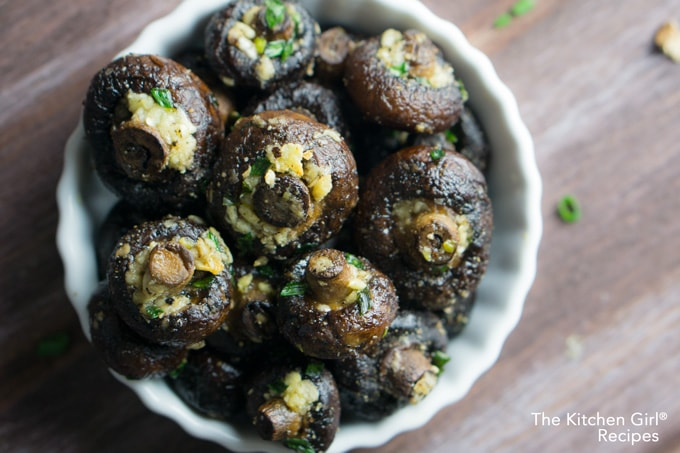 The secret to juicy mushrooms isn't more oil, it's Garlicky Oven Roasted Mushrooms! thekitchengirl.com #whole30recipes #glutenfreerecipe #vegetarianside #veganside #paleorecipes #lowcarbrecipe