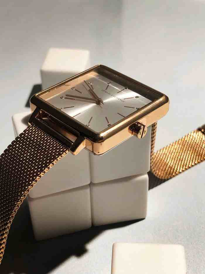 With the signature A|X crown, the Lola Square is the test of time.