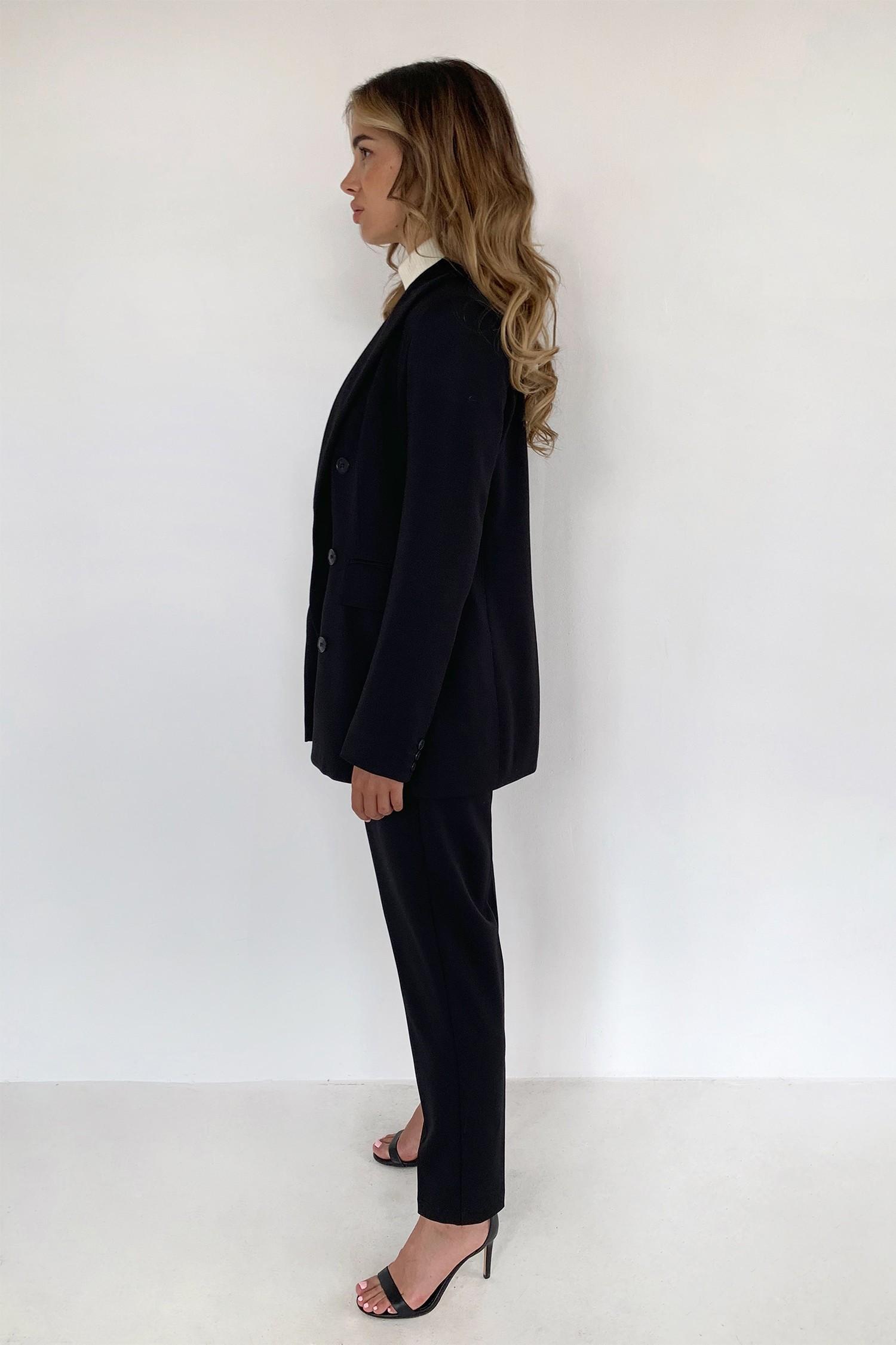Брючный костюм с двубортным жакетом и брюками с защипами черный - THE LACE