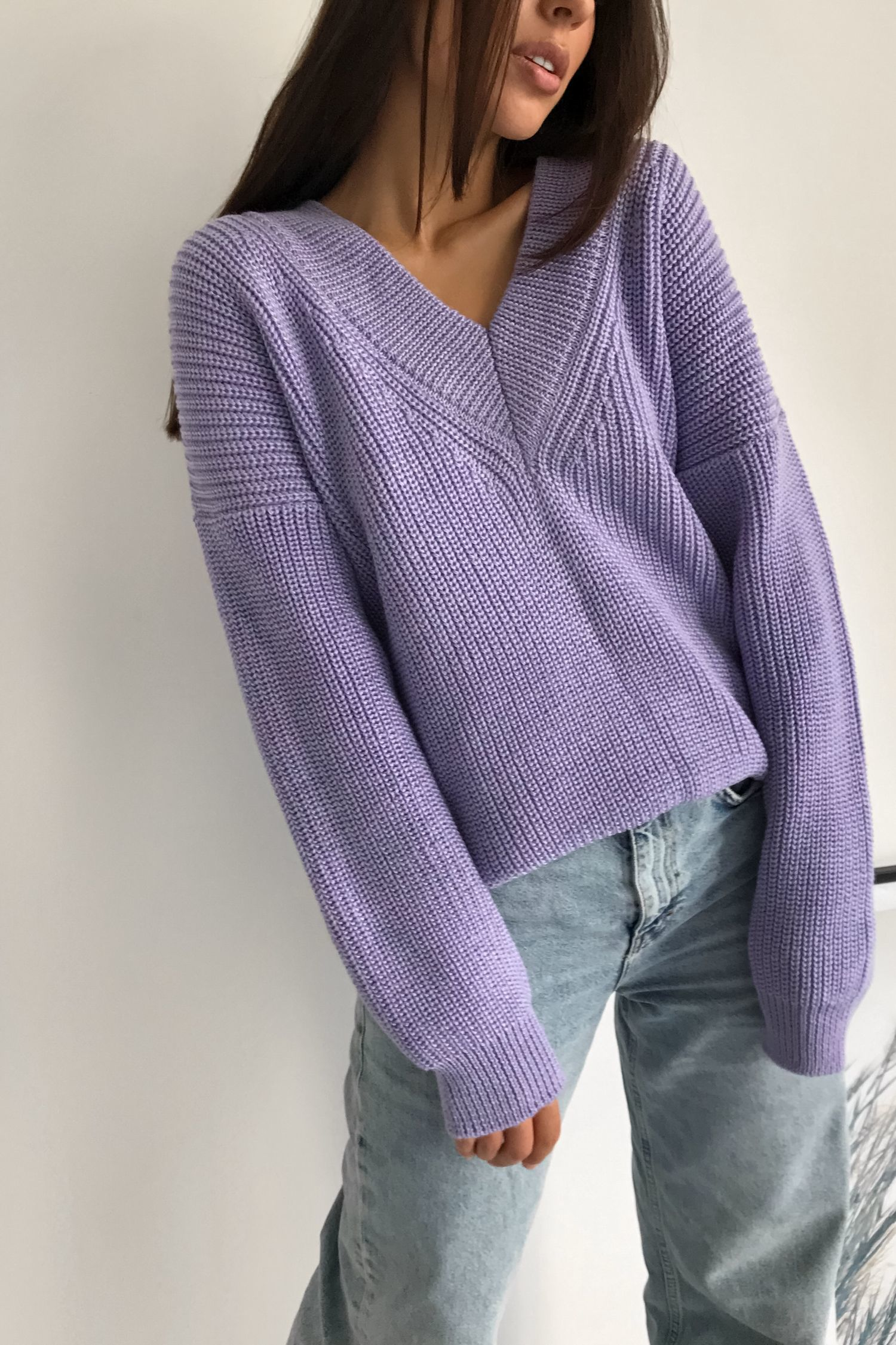 Шерстяной свитер с вырезом лиловый - THE LACE
